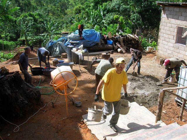 Prace na projekte don Augustína Vrecka. V popredí je dobrovoľník Adam zo Slovenska, ktorý tu strávil mesiac.