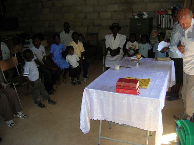 Don Vrecko celebruje svätú omšu v spoločenskej miestnosti pastoračného centra.