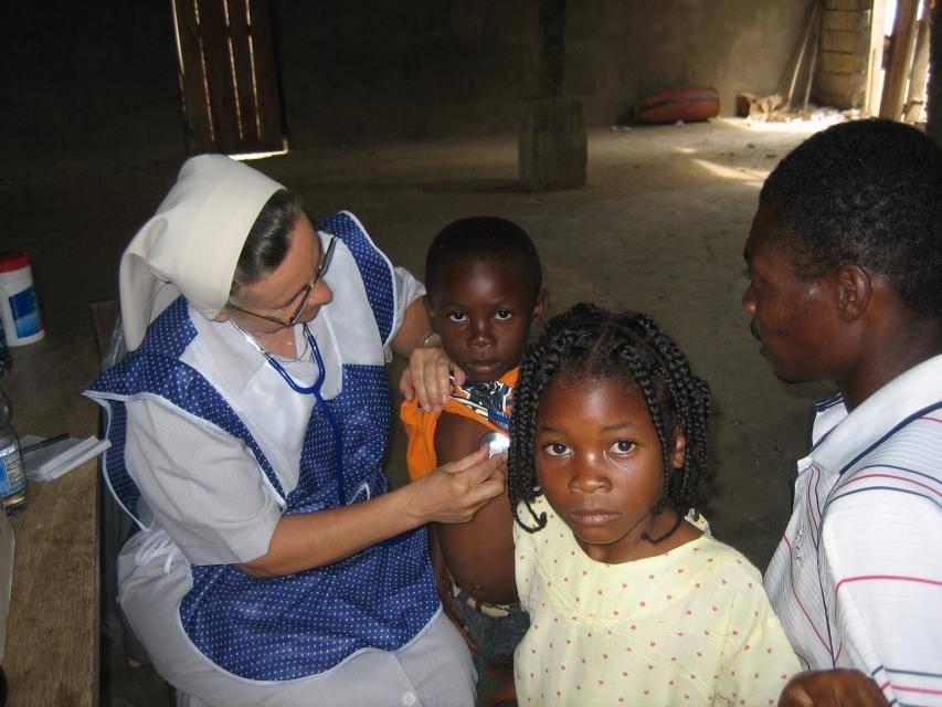 Sestry zo Spoločnosti dcér kresťanskej lásky sv. Vincenta de Paul pri svojej misijnej práci v sirotinci na Haiti.