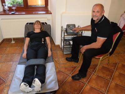 Ukážku terapia demonštrovala lektorka spoločne so svojím kolegom Belom Kiss, terapeutom a chiropraktikom, ktorý pracuje s terapiou Bemer už vyše 5 rokov.
