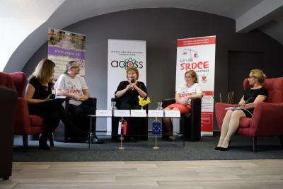 PhDr. Mária Kovaľová, PhD. MHA - prezidentka Asociácie odborných pracovníkov sociálnych služieb (v strede)