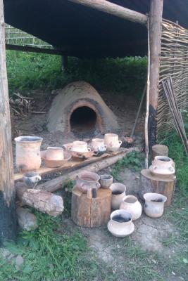 Obr. 2. Archeoskanzen Praveká osada Mokrý Kút, Vyšný Kubín. Experimentálna archeológia- vypaľovanie keramiky.