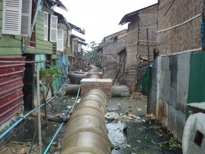 Slumova ulička v období dažďov