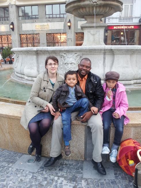 Silvia Mabena, zbierajúca multikultúrne rozprávky, so svojou rodinou.