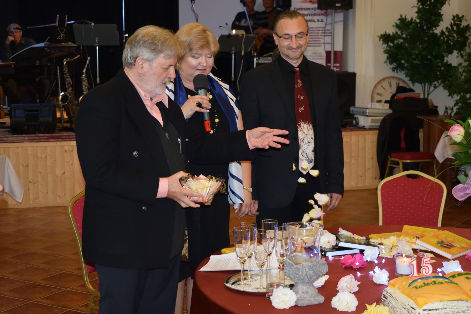 Foto: Krst knihy Kvalita sociálnych služieb v kocke I. a II. lupienkami ruží