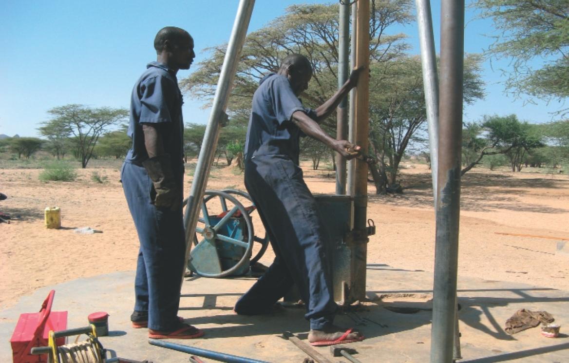 """Pastieri v kenskej Turkane tri hodiny """"dolovali"""" vodu zo šesť metrov hlbokej studne, kým napojili dobytok. Je takmer koniec obdobia sucha a hladina vody je nižšie ako býva pre túto ročnú dobu zvykom. Ráno pastieri vyčerpali šesť studní a dnes budú potrebo"""